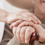 Dom opieki czy opiekun w domu? Co wybrać dla seniora