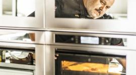 Włoski lipiec w Akademii Kulinarnej Whirlpool w Warszawie Styl życia, LIFESTYLE - Wakacje zbliżają się wielkimi krokami, ale Akademia Kulinarna Whirlpool (AKW) w Warszawie nie zwalnia tempa. Druga połowa czerwca i cały lipiec będą po brzegi wypełnione aromatycznymi i smakowitymi propozycjami przygotowanymi przez charyzmatycznego szefa AKW, Marco Ghia.
