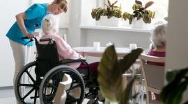 Jest popyt na profesjonalną opiekę dla seniorów Styl życia, LIFESTYLE - Już 80 seniorów mieszka w Angel Care, centrum seniora we Wrocławiu, 30 kolejnych miejsc jest zarezerwowanych. Ośrodek podsumowuje pierwsze trzy miesiące działania. Okazuje się, że polskich seniorów stać na wysoki standard opieki, oparty na zachodnich wzorcach.