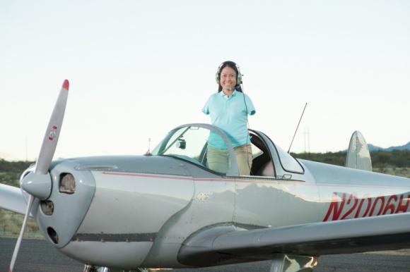 """""""Życie bez rąk: historia Jessiki Cox"""" w lutym na kanale Nat Geo People Styl życia, LIFESTYLE - Chociaż urodziła się bez rąk, Jessica Cox nigdy nie pozwoliła, aby przeszkodziło jej to w pogoni za marzeniami. Z powodzeniem trenuje sztuki walki, ukończyła studia, wygłasza wykłady motywacyjne, jest jedyną na świecie pilotką samolotu nieposiadającą rąk."""
