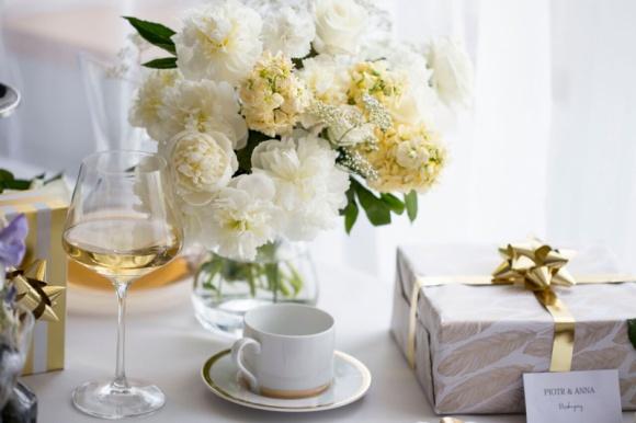 Przyjęcie ślubne w kolorach złota i bieli Styl życia, LIFESTYLE - Ostatnio coraz popularniejsze stają się kameralne, organizowane tylko w gronie najbliższych przyjęcia ślubne. To odważna decyzja, która wymaga dobrej organizacji, a także wyjątkowej i eleganckiej oprawy.